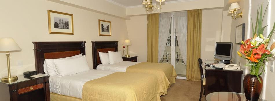 Os quartos são equipados com TV LCD, cofre digital, mini-bar e ar-condicionado.
