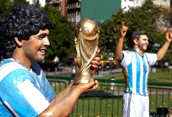 estatua_maradona-messi-reu