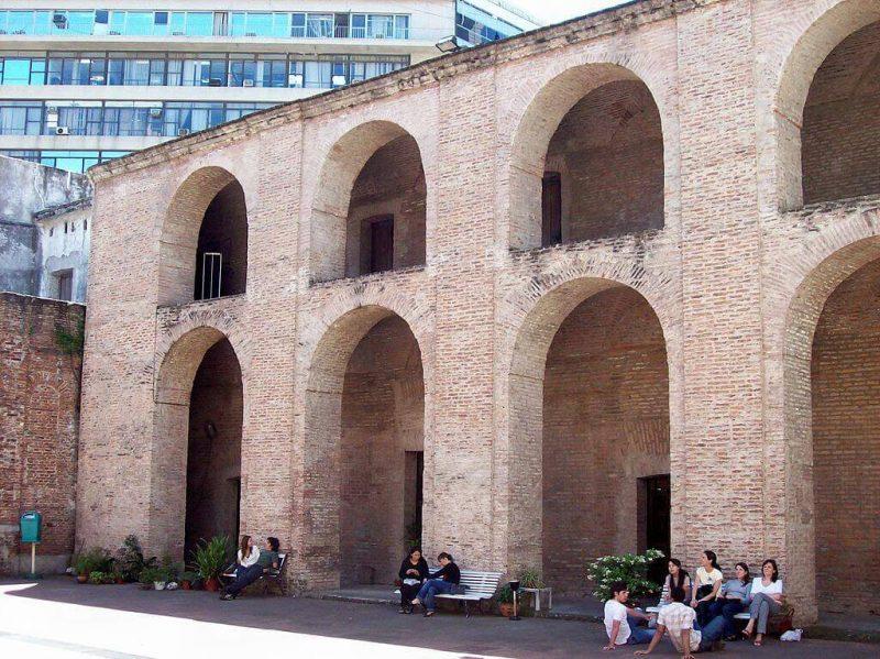 Manzana_de_las_Luces_patio_interior_lado_norte_creative_commons_Roberto_Fiadone (1)