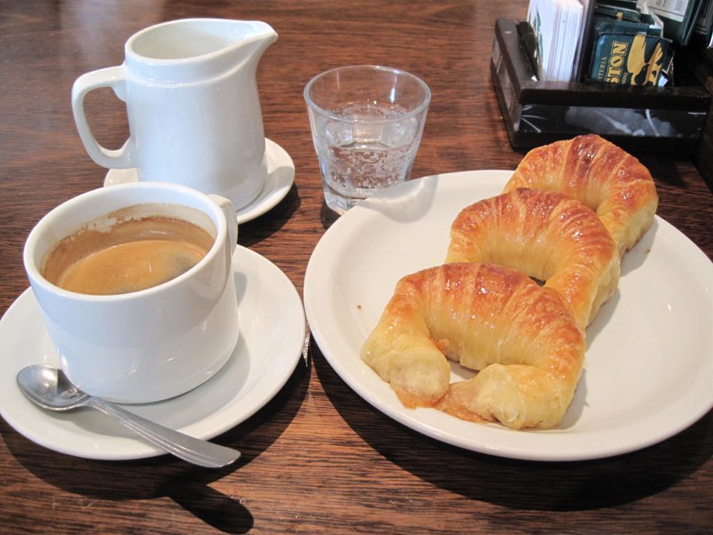 cafe com medialunas